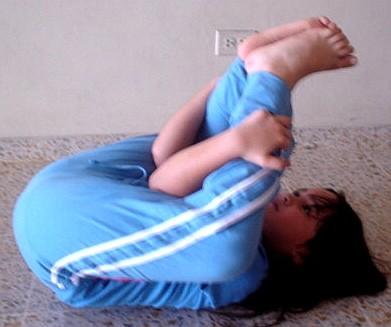 postura-espaldas-piernas-entre-las-manos-jkl-01